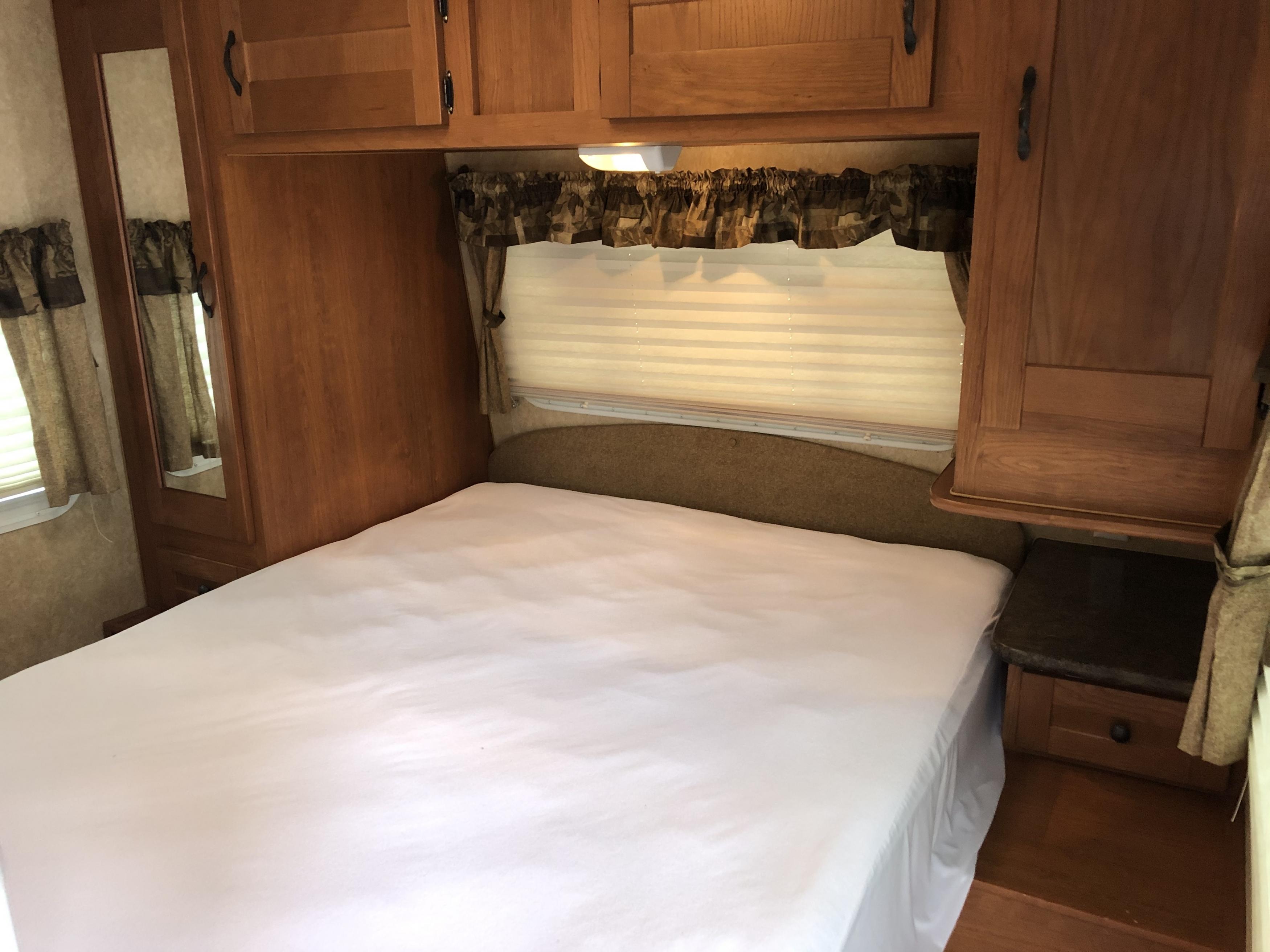 27' Heritage Glen Queen Bed interior view
